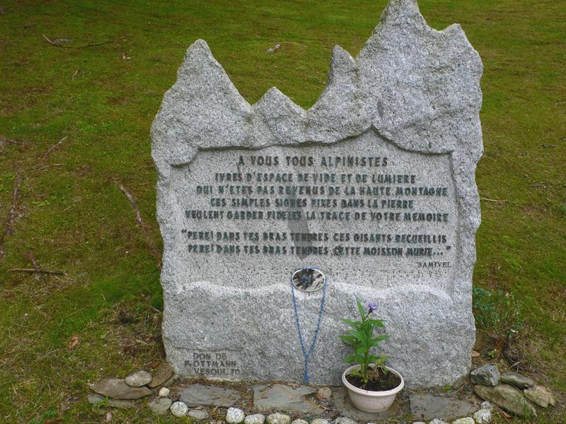 Citation de Samivel sur une pierre érigée en tête du secteur des alpinistes du cimetière du Biollay à Chamonix