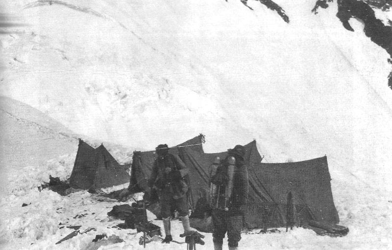 George Mallory et Sandy Irvine quittent le col nord pour leur tentative vers le sommet