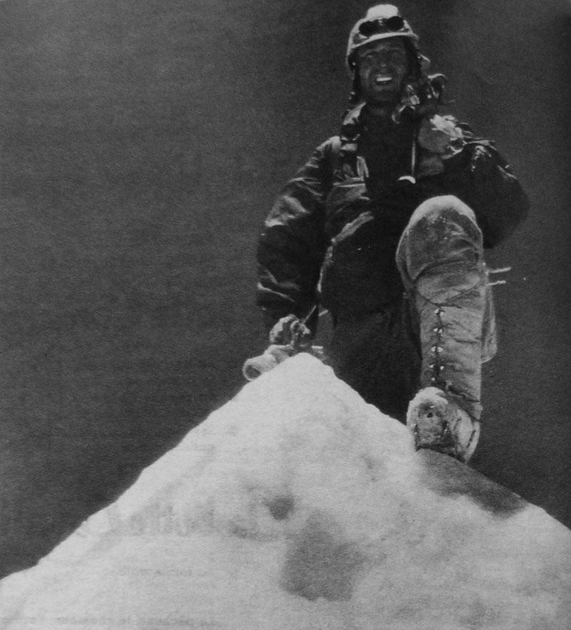 Lionel Terray au sommet du Makalu en 1955